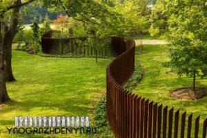 необычный деревянный забор