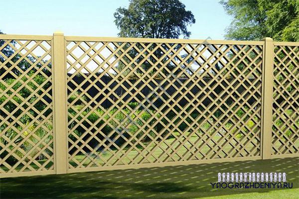 забор решеткой из деревянного штанкетника