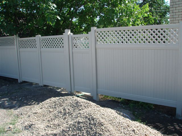 забор из пластиковых секций